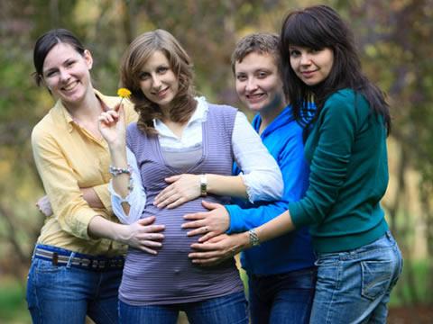 Όσο μεγαλύτερη κοινωνική υποστήριξη έχει μια μαμά, τόσο πιο βαρύ και υγιέστερο είναι το μωρό της